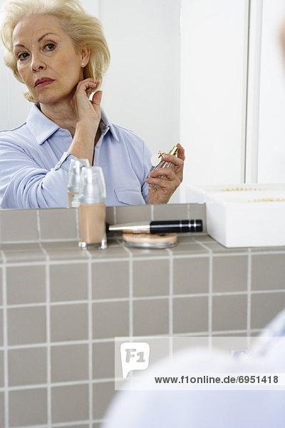 Frau Anwendung Parfüm