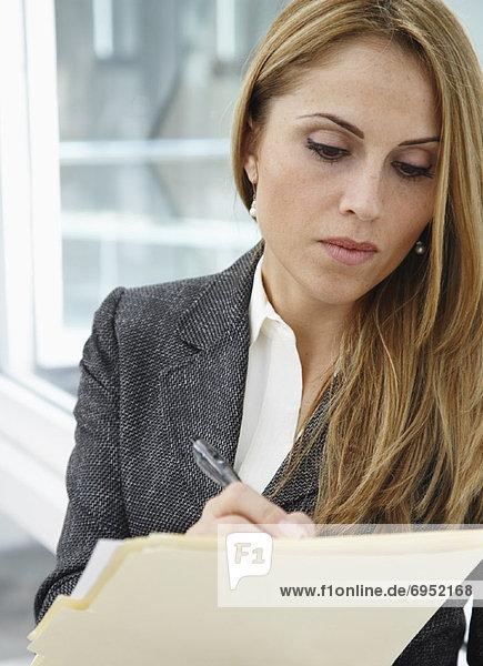 Geschäftsfrau  Mappe  schreiben