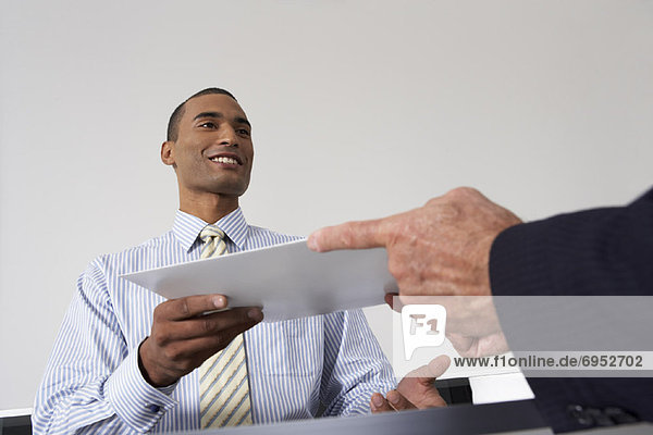 Geschäftsmann geben Briefumschlag Empfangsdame