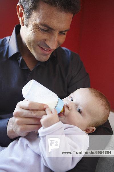 Menschlicher Vater  Baby  Flasche  füttern