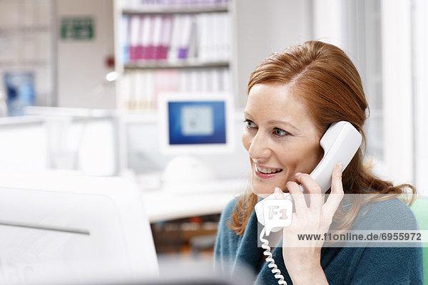 Geschäftsfrau über Telefon