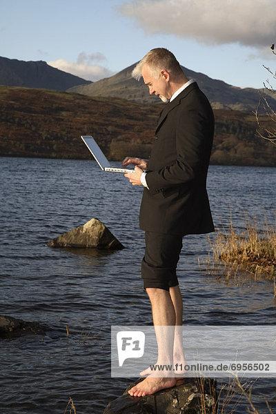 Computer  Notebook  Geschäftsmann  See  Windermere  Cumbria  England