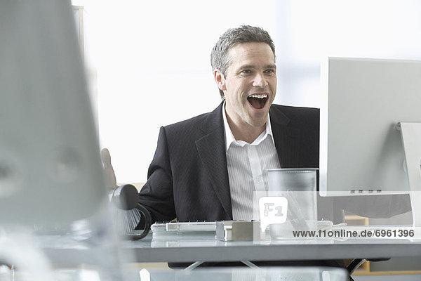 Mann  der am Computer arbeitet