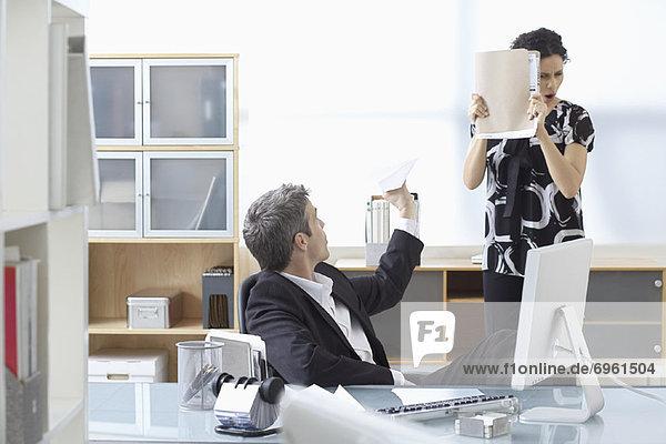 Flugzeug  Geschäftsfrau  Geschäftsmann  Papier  werfen  Büro