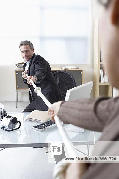 Schreibtisch  Mensch  Menschen  Business  Tauziehen