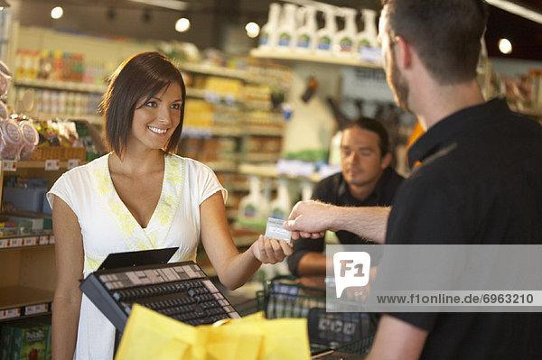 Frau  bezahlen  zahlen  Geld  Laden