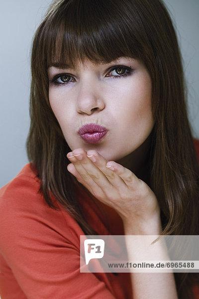 Portrait  Frau  blasen  bläst  blasend  küssen