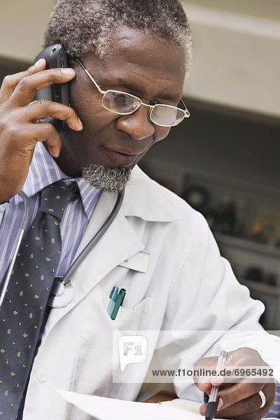 Arzt sprechen auf Handy