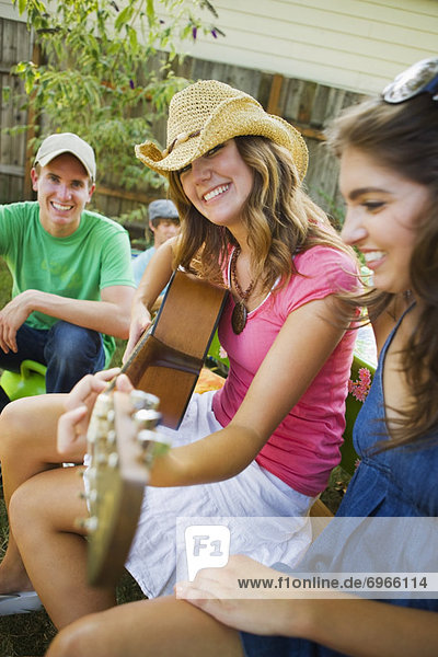Vereinigte Staaten von Amerika  USA  Frau  grillen  grillend  grillt  Garten  Gitarre  Portland  Hinterhof  Oregon  spielen