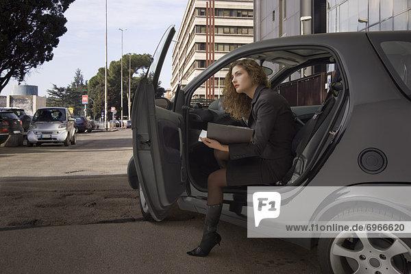 Frau  Auto  rauskommen  Business