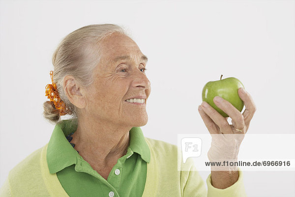 Frau hält Apple