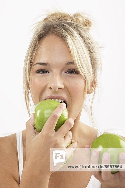 Frau  jung  Apfel  essen  essend  isst