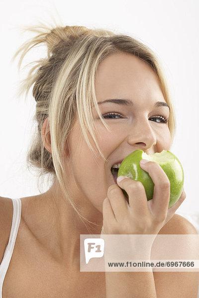 Young Frau isst Apple