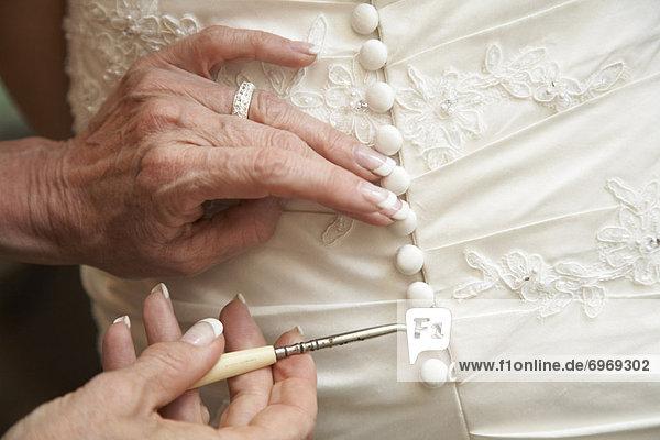 Hochzeit  Tochter  Mutter - Mensch  knöpfen  Kleid