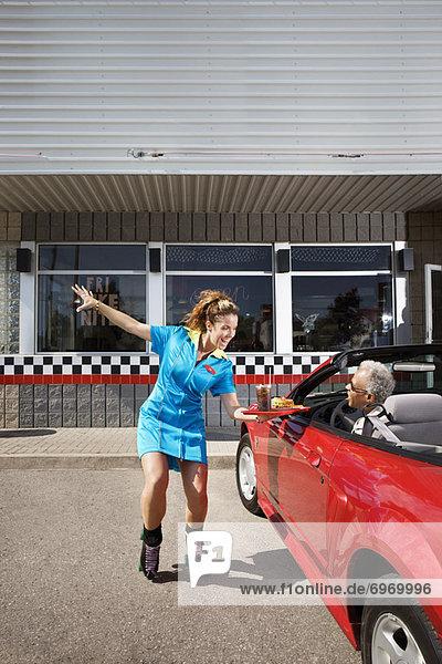 Frau  Mann  geben  Cabrio  Abendessen  fünfziger Jahre  50er  Niagarafälle  Kanada  Ontario