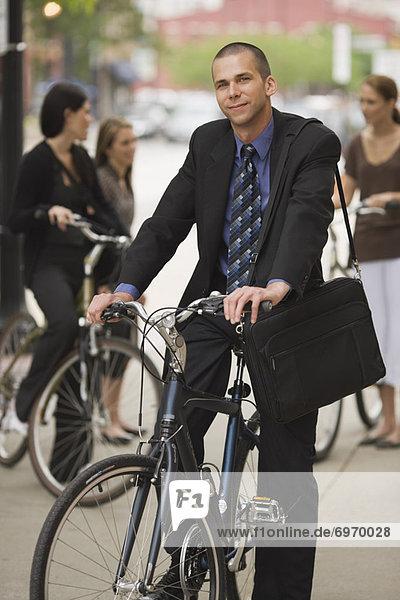 Portrait Geschäftsmann Fahrrad Rad