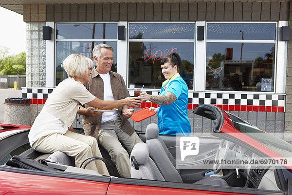 geben  Cabrio  Retro  Abendessen  Niagarafälle  Kanada  Ontario  Kellnerin