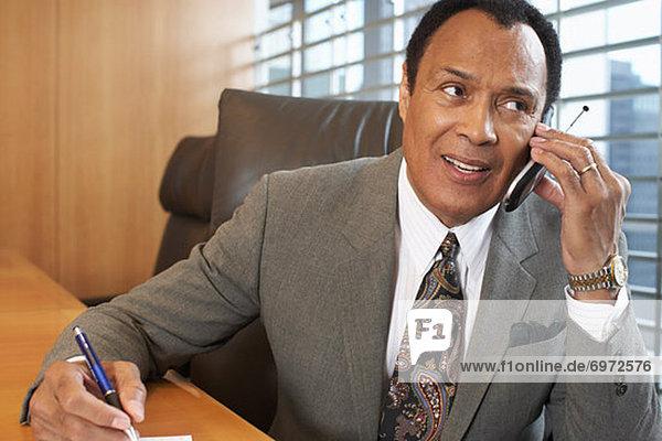 Geschäftsmann telefoniert mit Handy
