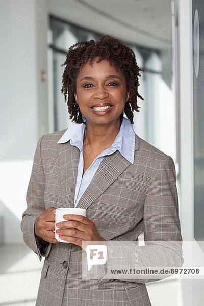 Portrait  Geschäftsfrau  Tasse  Kaffee