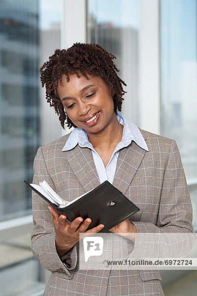 Geschäftsfrau  Buch  Verabredung  Taschenbuch  vorlesen