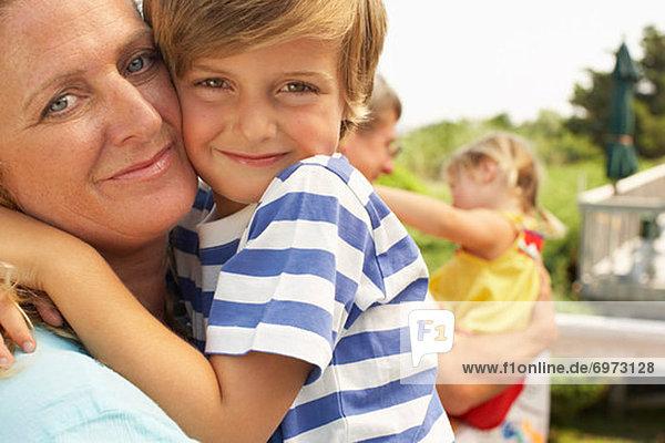 Mutter und Sohn umarmt