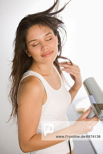 Frau Föhnen ihr Haar