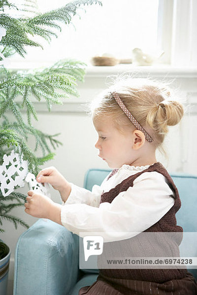 Papier  Baum  klein  Weihnachten  schmücken  Schneeflocke  Mädchen