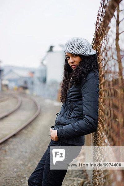 Vereinigte Staaten von Amerika  USA  angelehnt  Städtisches Motiv  Städtische Motive  Straßenszene  Straßenszene  Frau  Industrie  Zaun  Portland  Zimmer  Oregon