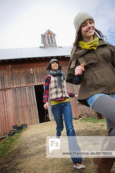 Vereinigte Staaten von Amerika  USA  Jugendlicher  rennen  Bauernhof  Hof  Höfe  2  Mädchen  Oregon