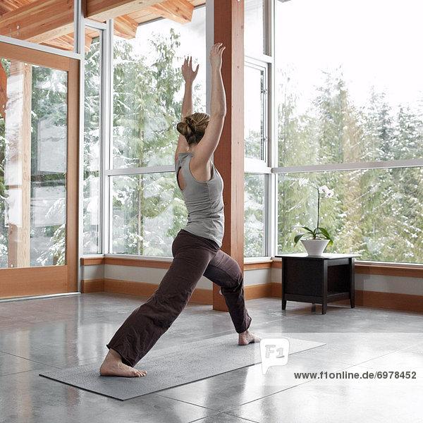Frau Wohnhaus Zimmer Berg Yoga groß großes großer große großen Wohnzimmer