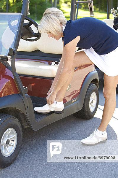 Golfer binden Schuhe
