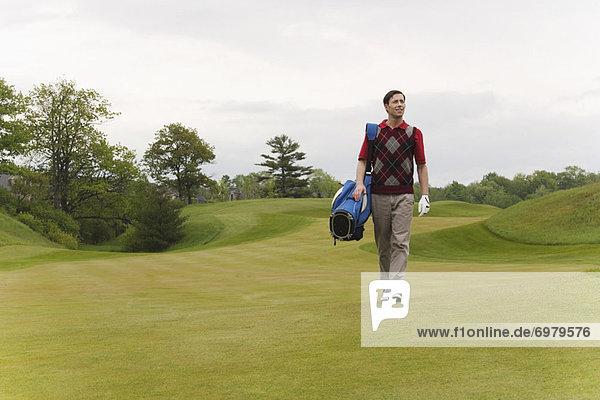 Mann zu Fuß auf Golfplatz