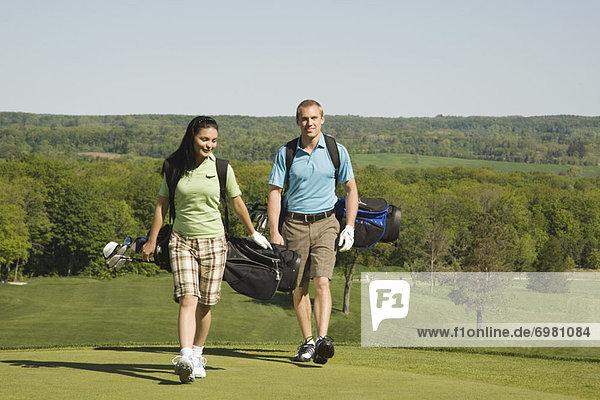 Paar auf Golfplatz