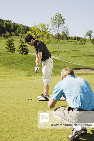 Männer Golf zu spielen