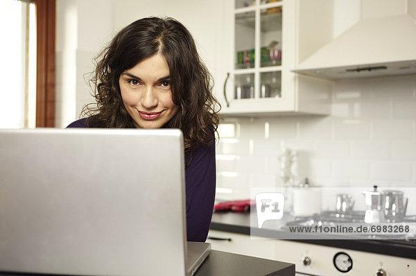 benutzen Portrait Frau Computer Notebook