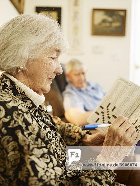 Altenheim Frau arbeiten Senior Senioren Puzzle Kreuzworträtsel