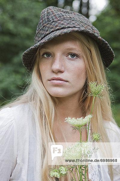Blumenstrauß  Strauß  Portrait  Jugendlicher  Blume  halten  Mädchen