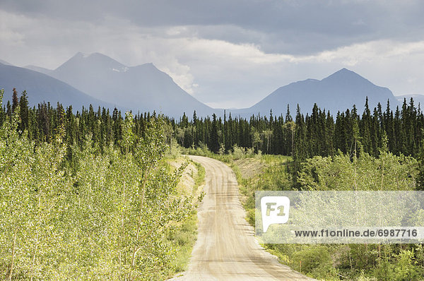 Yukon  Kanada  Schotterstrasse Yukon ,Kanada ,Schotterstrasse