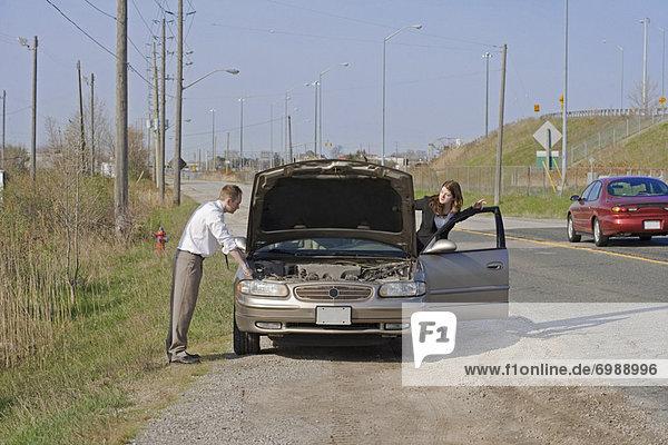 Frau  Mann  sehen  Auto  unterhalb  Ärger  Motorhaube  Kapuze