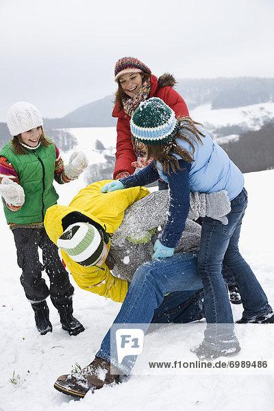 Außenaufnahme  freie Natur  spielen  Schnee