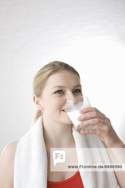 Frau trinken Glas Milch