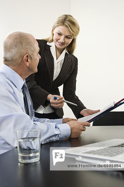 Geschäftsfrau  Geschäftsmann  Papier  geben  Zeichen  Signal