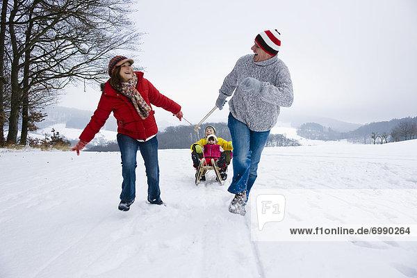 Winter  ziehen  Menschliche Eltern  Schlitten