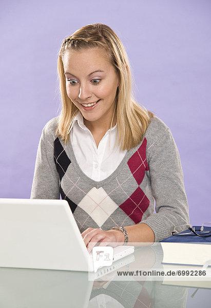 Junge Frau mit Laptop-Computer