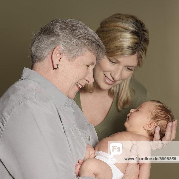Neugeborenes  neugeboren  Neugeborene  Portrait  Großmutter  Mutter - Mensch  Baby
