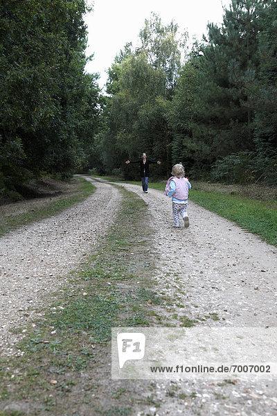rennen  Fernverkehrsstraße  Mädchen  Mutter - Mensch  Baby  England