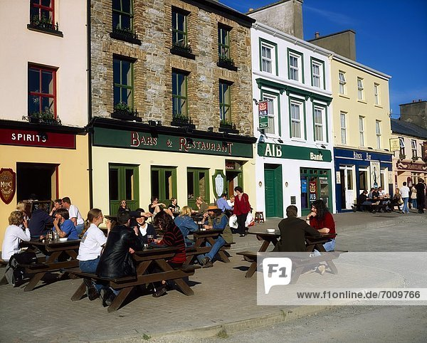 Außenaufnahme  sitzend  Mensch  Menschen  Clifden  Irland  Kneipe