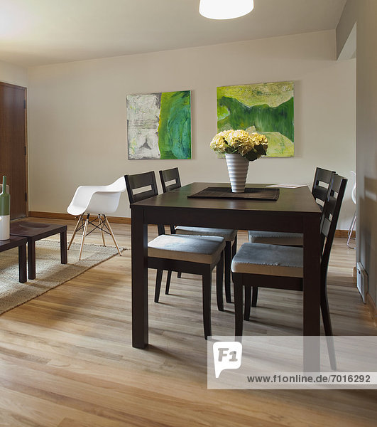 am Tisch essen Zimmer Innenaufnahme modern