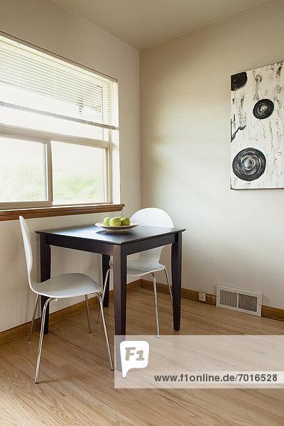 leer Zimmer Quadrat Quadrate quadratisch quadratisches quadratischer Tisch karg