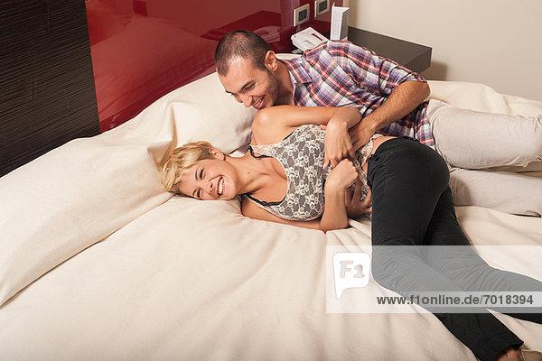 Paar Entspannung auf dem Hotelzimmerbett